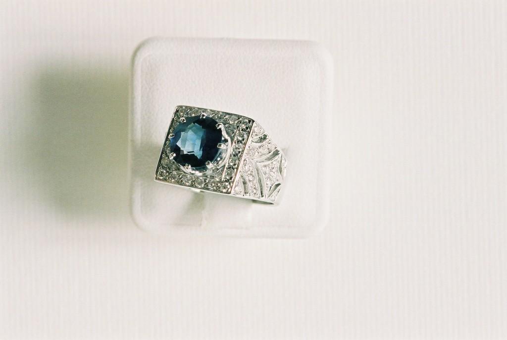 anello con diamanti e zaffiro