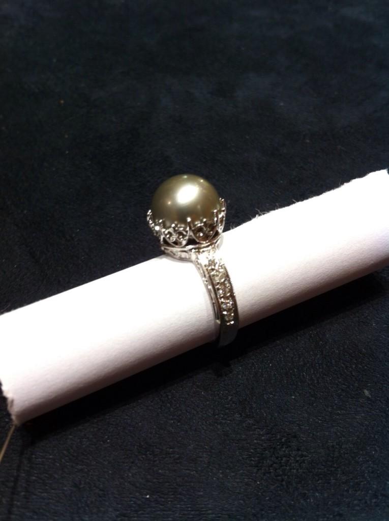 anello con perla thaiti e diamanti